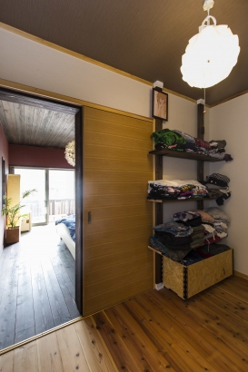 収納、寝室、ベランダと続くプライベート空間。収納棚はご主人がDIYされました