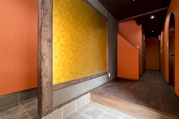玄関のみ共有スペース。お施主様自らコーディネート。インパクトある玄関に仕上げました。