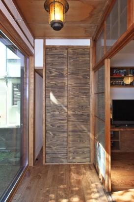縁側とリビングの建具を開放的に使いたい夏の間だけしまう場所を作りました。