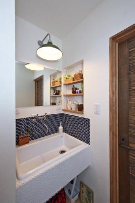 造作の洗面台 昭和レトロ感漂う六角形のタイルを施工