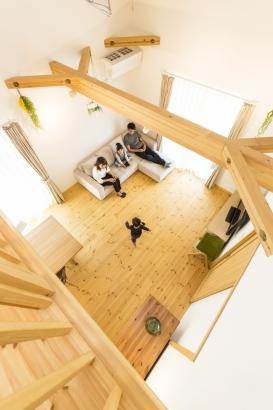 二階のホールからの眺めは、まるで別荘にいるような雰囲気。