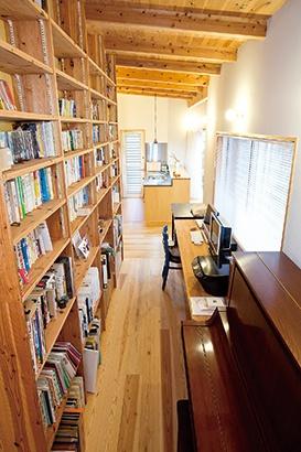 壁一面の造作本棚