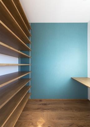 日当たり良い場所に書斎と壁面棚