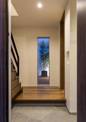 玄関からシンボルツリーを見る