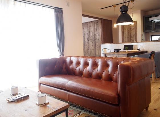 家具や照明は様々な素材のものをミックス