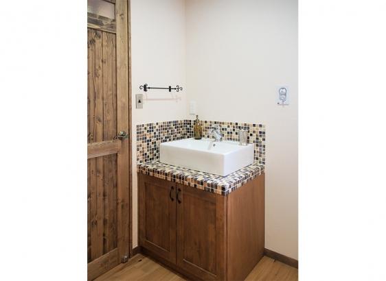 洗面台も造作で。タイルや水栓など全て施主様セレクトです。