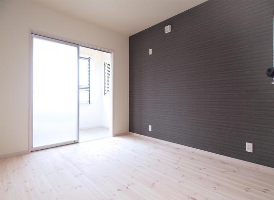 明るい色合いの床材を取り入れてお部屋全体を優しい雰囲気に