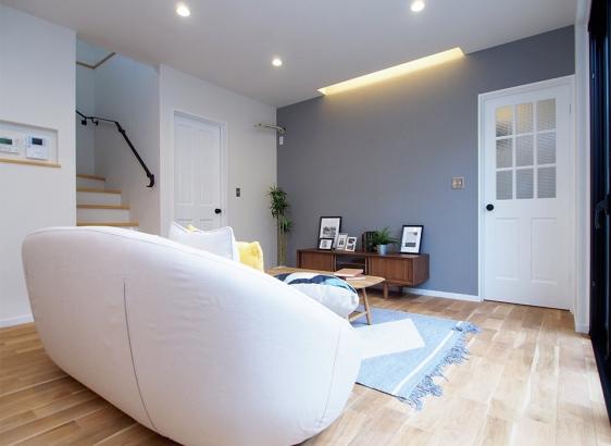 壁は全面塗り壁。床は無垢のオーク材を使用しています。