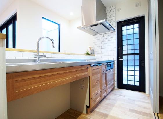 床と同じオークのキッチン。ステンレスの素材感が可愛らしい雰囲気のなかでアクセントに。