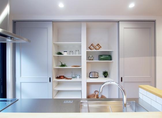 オリジナルでおつくりした壁面収納。キッチン家電もスッキリ収納できます。