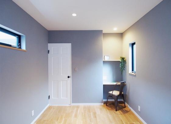 ご夫婦の寝室にはデスクスペースを設けました。
