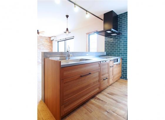 こだわりの木製キッチン。ステンレスのワークトップがおしゃれです。