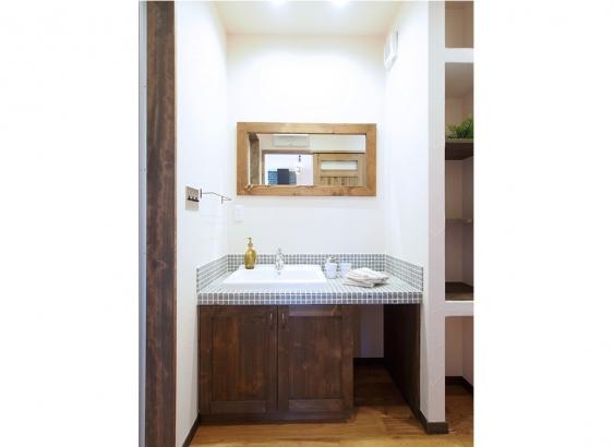 オリジナルでおつくりした洗面台。石風のタイルが素敵です!