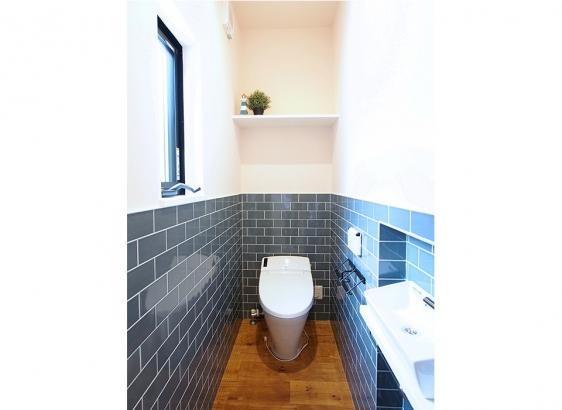トイレには奥様こだわりのサブウェイタイルを貼りました