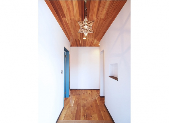 玄関ホールの天井にはレッドシダ―を貼りました