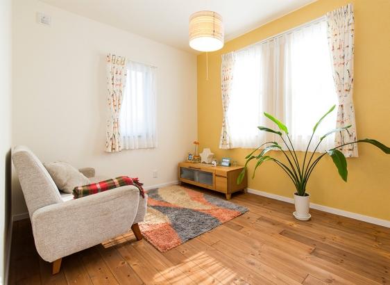 子ども部屋は黄色の壁に可愛らしいカーテンを合わせて北欧風の空間に。