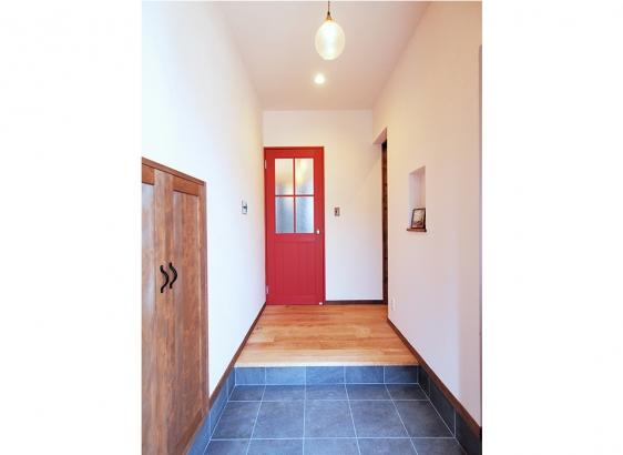 玄関にはシューズクロークや階段下を活用した収納が