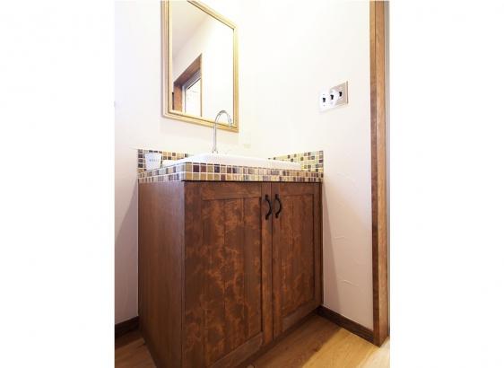 洗面台も造作でおつくり。タイルや鏡など全て施主様セレクト。