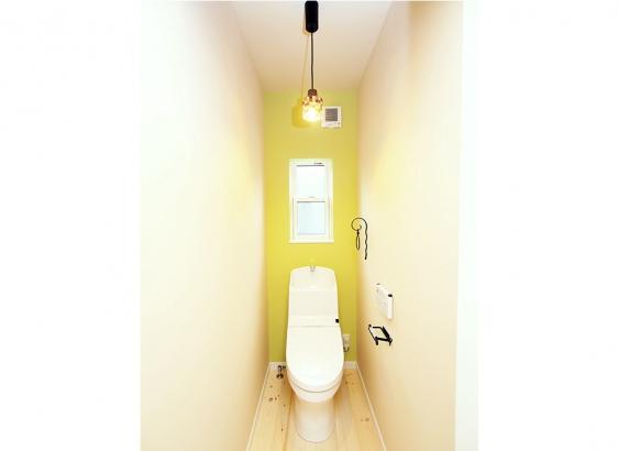 照明やペーパーホルダーなど細かい部材まで施主様のこだわりが光ります