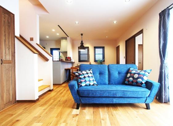 木目の美しいオークの床材×塗壁でつくるナチュラルな空間
