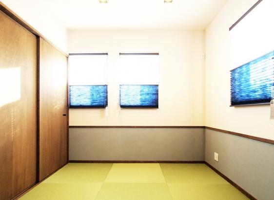 リビングに面する和室は、雰囲気を損なわない様にスタイリッシュな木製建具を使いました。