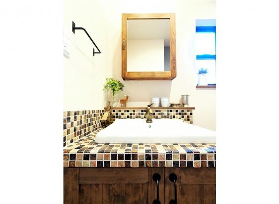 造作でおつくりする洗面台。ブロンズ風の水栓が雰囲気があって素敵です!