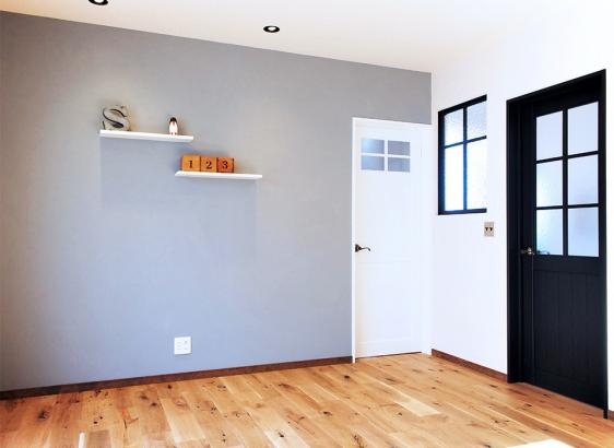 リビング。床はヴィンテージ加工した木目の美しいオークの木を使用。