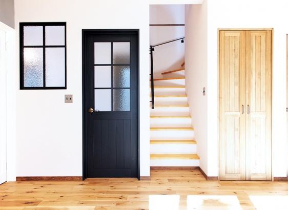 空間のアクセントに扉を一ヶ所だけブラックに。