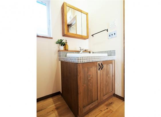 造作でおつくりした洗面台。タイルも、シンクも、水栓も、すべてが施主様セレクトのこだわりの一品。