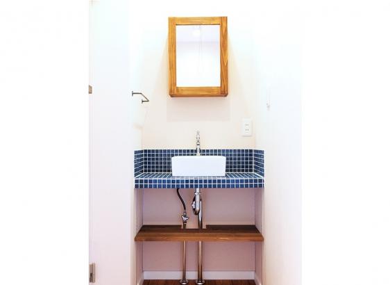 2階にも手洗いを造作で。敢えて配管をみせる「抜け感」におしゃれさを感じます。