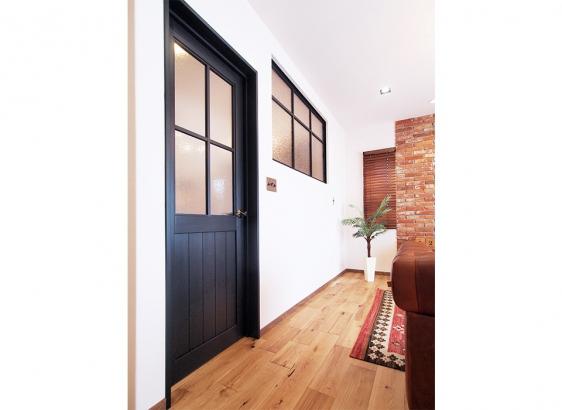 空間をしめるブラックのドアとインナーウィンドウ