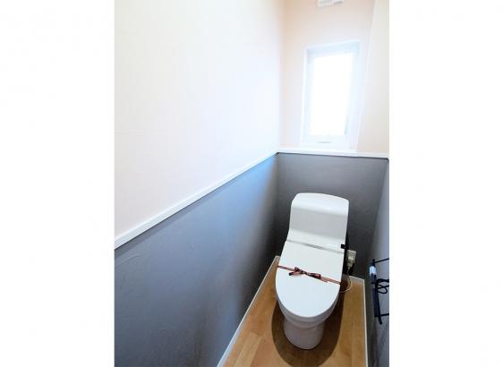 トイレの壁はダークグレーで塗り分け