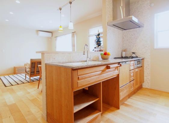 セミオーダーの木製キッチン。木目の美しいブラックチェリーです。