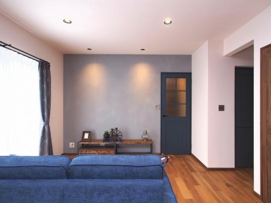 木目の美しいオークの床をベースにつくるカフェスタイルの家