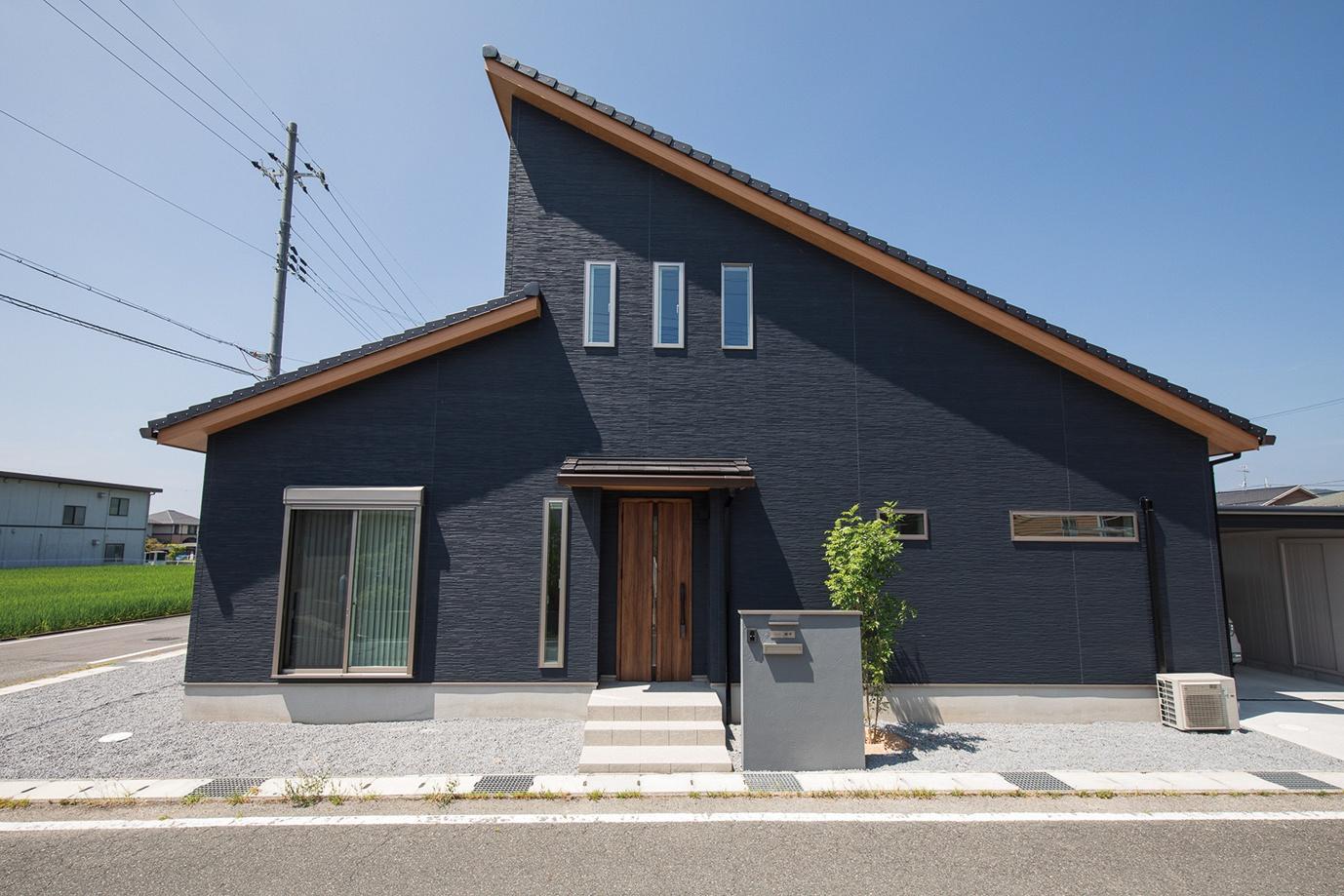 大屋根×ネイビー壁の斬新な外観デザイン