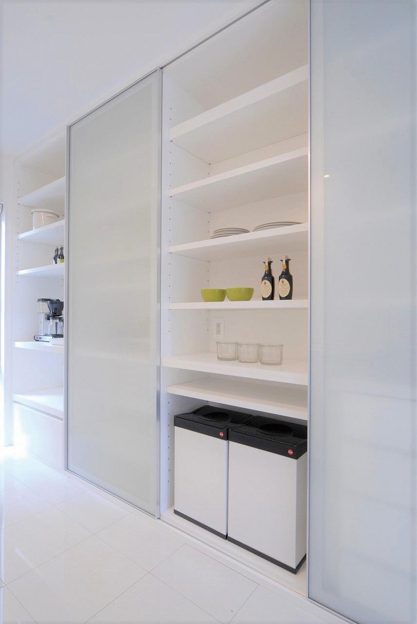 白にこだわった明るいキッチン